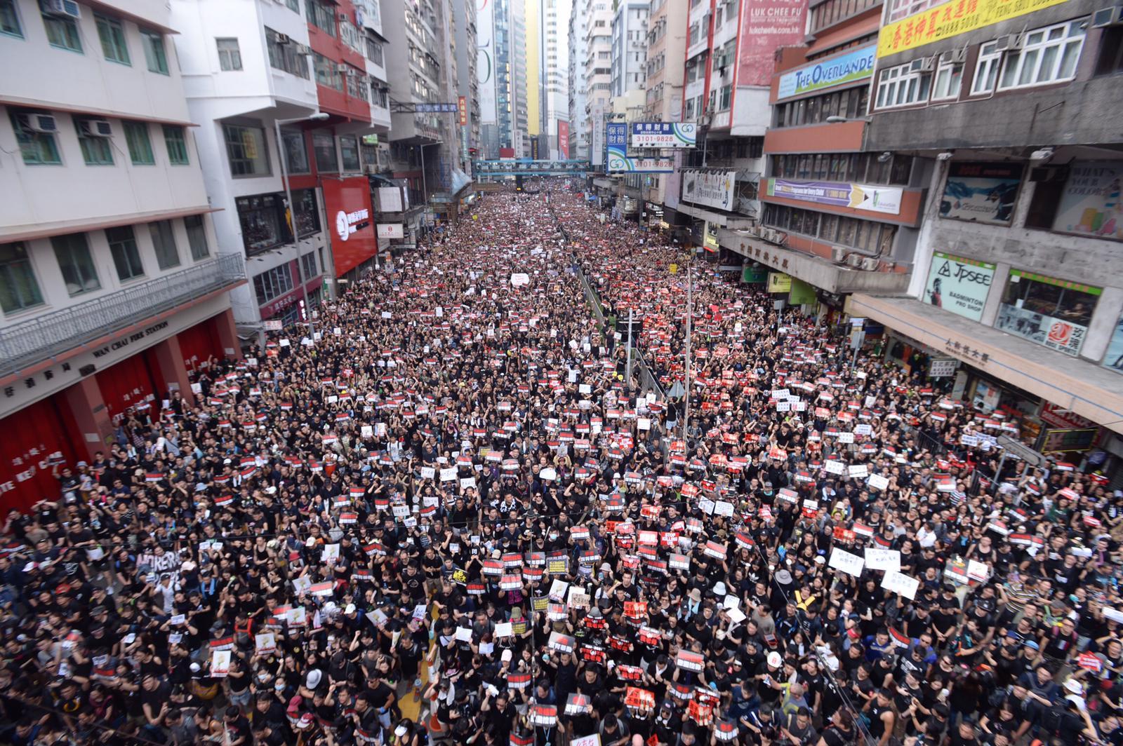 民陣深夜近11時宣布,今日遊行人數接近200萬人。