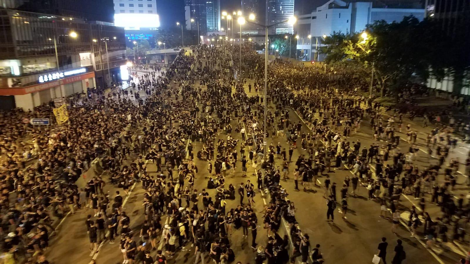 深夜仍有大批示威者留守。