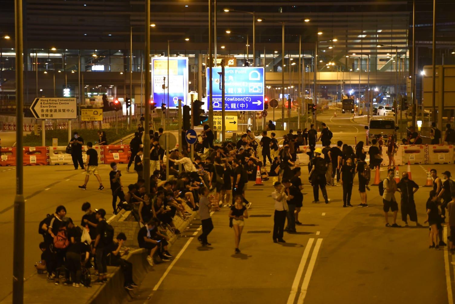 【逃犯條例】凌晨仍有大批市民佔據金鐘一帶馬路