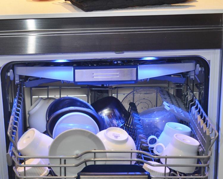 研究發現,洗碗碟機洗碗的用水量普遍較手洗低。