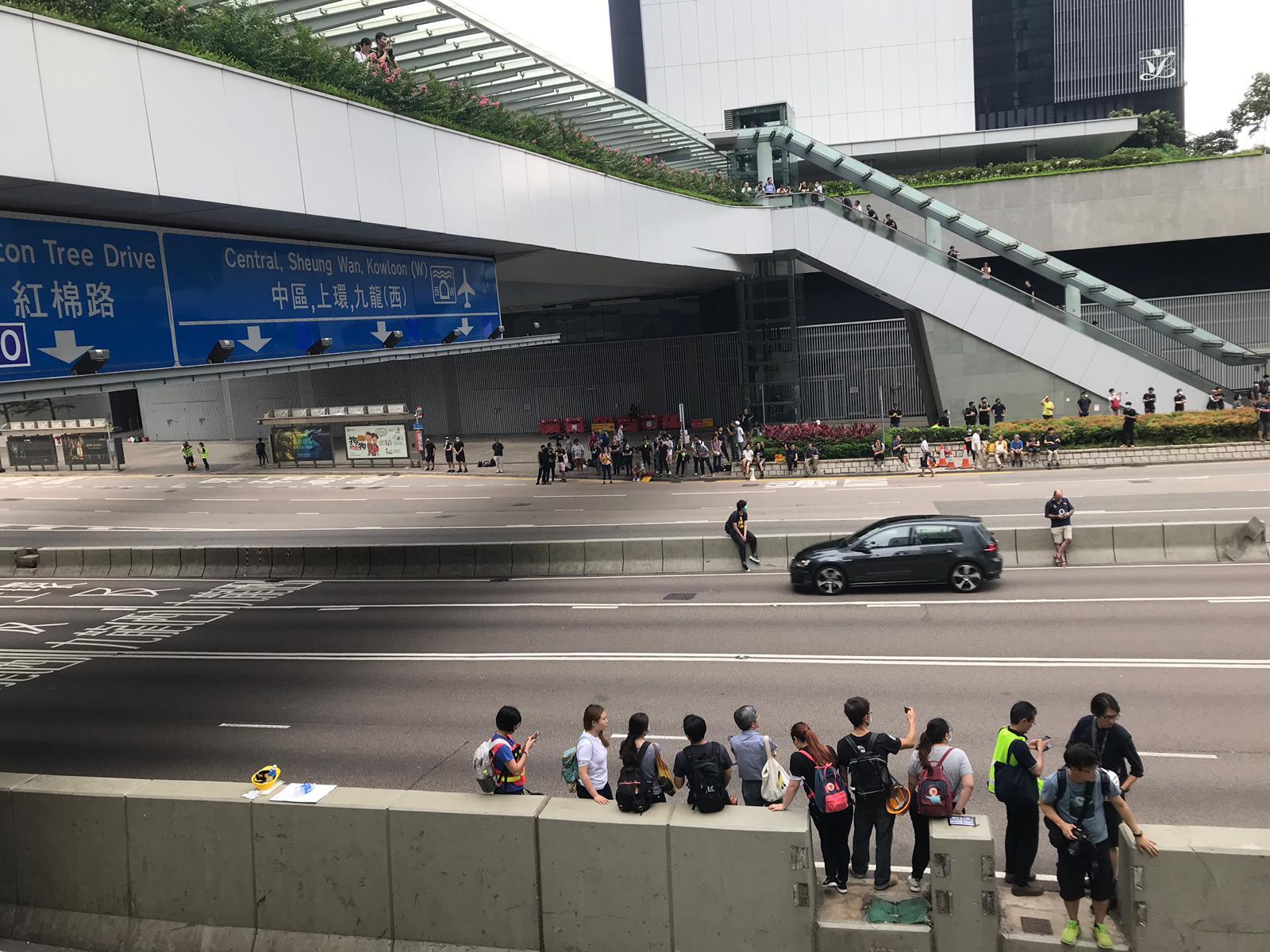 夏慤道示威者陸續前往立法會示威區及添馬公園。