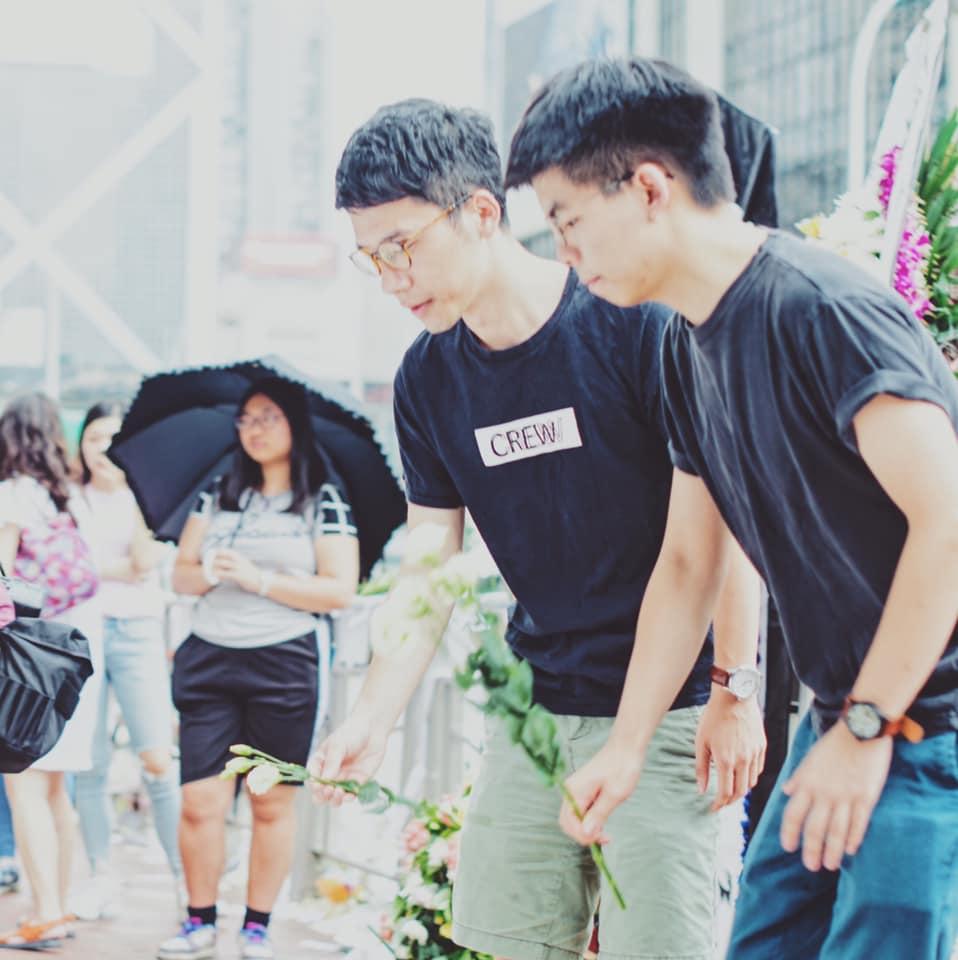 黃之鋒與羅冠聰到金鐘太古廣場外獻花。FB圖片