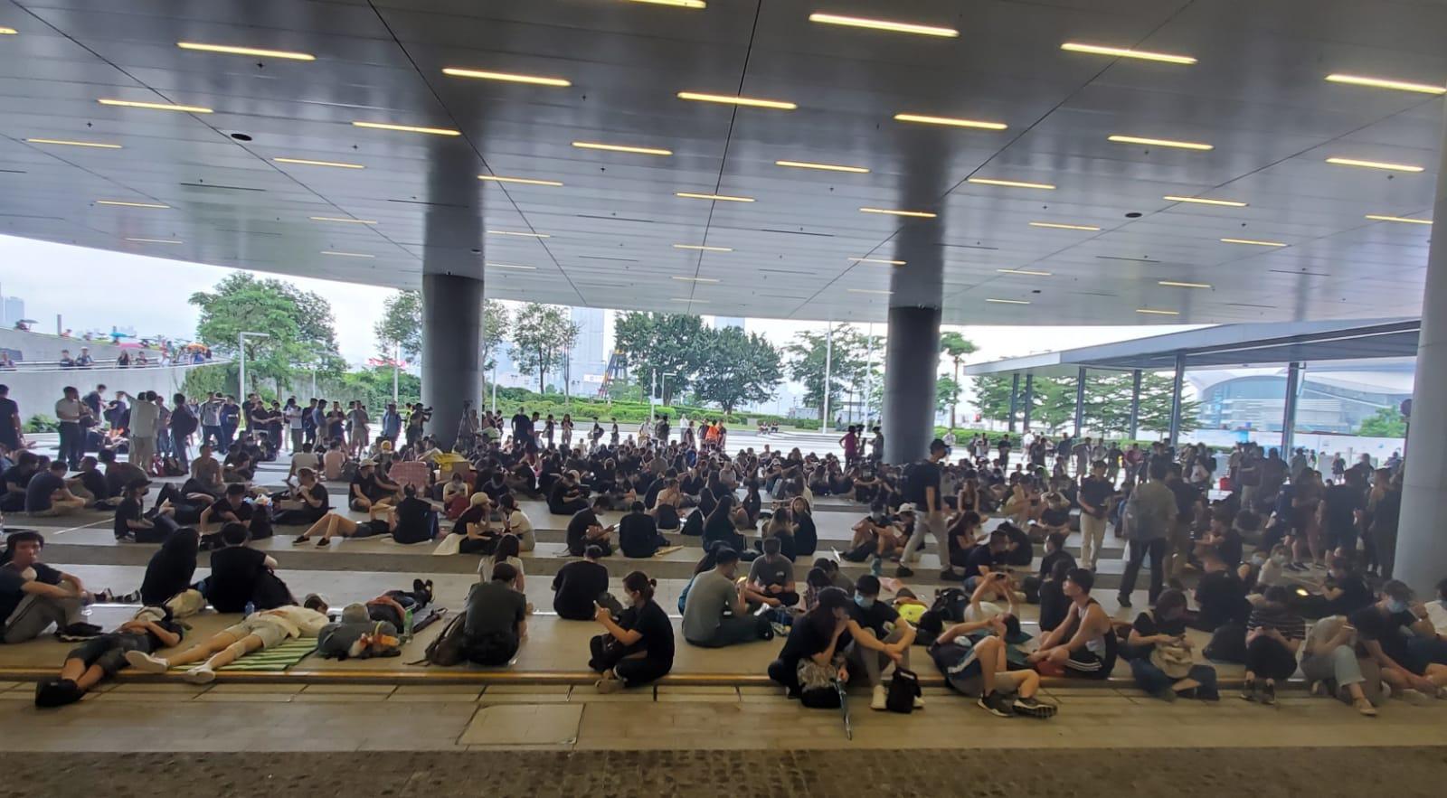 大批示威者在立法會示威區靜坐。
