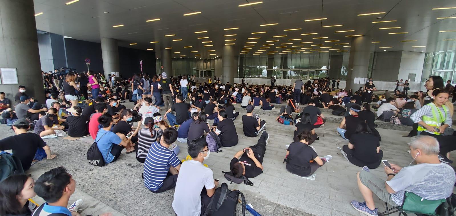 示威者中午在立法會示威區靜坐。