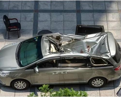 長沙男子23樓墮樓砸凹汽車 車主輕傷自行爬出