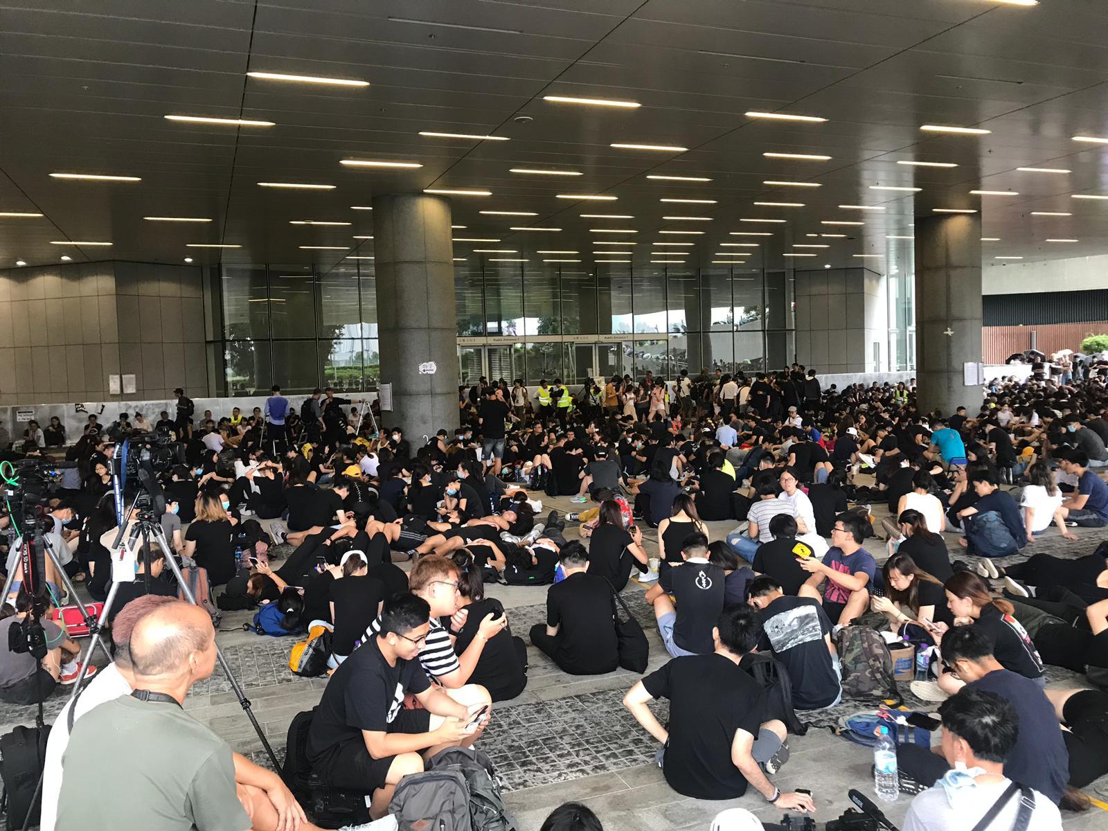 立法會示威區有數百名示威者聚集。