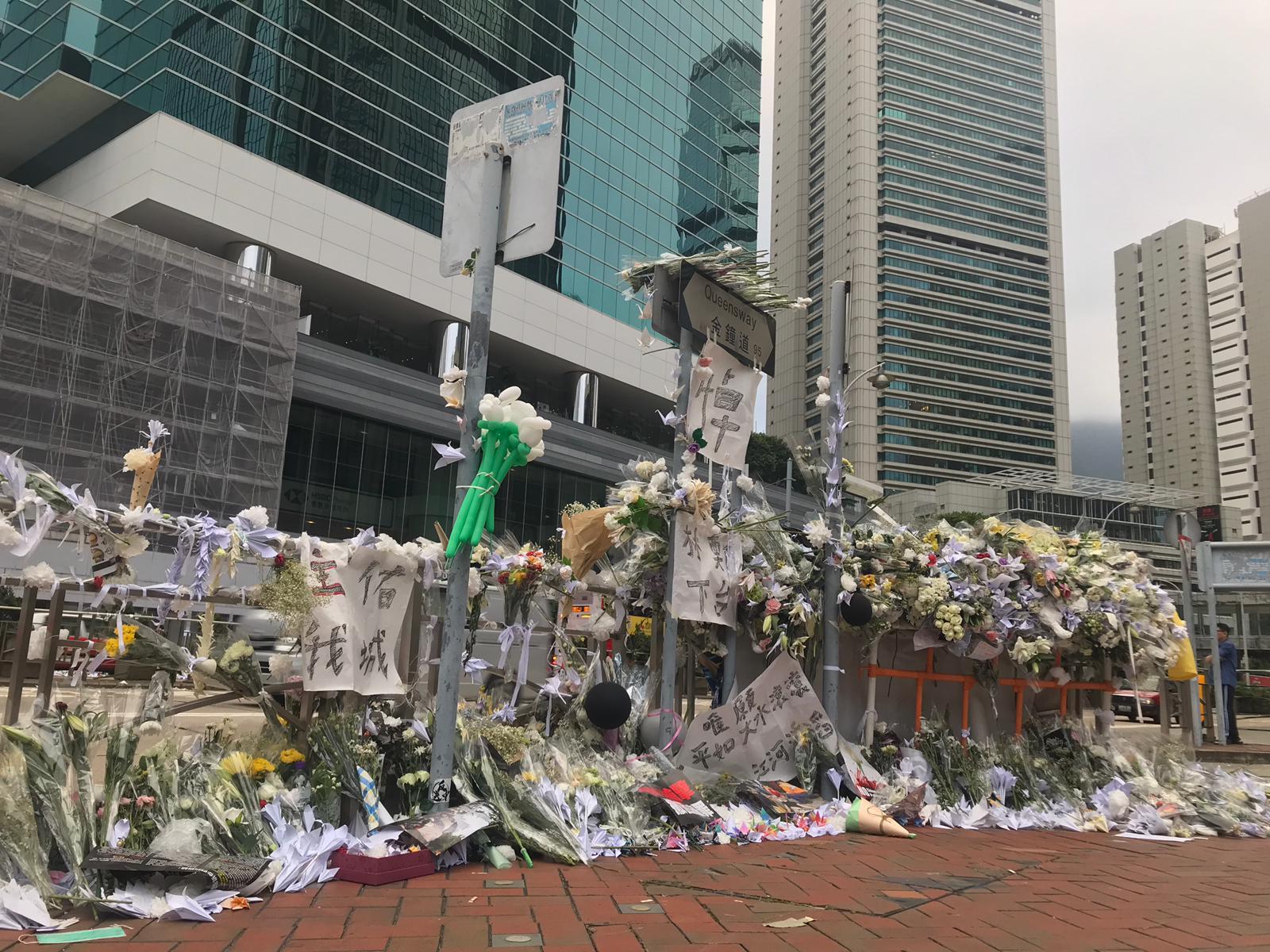 經過昨日遊行後,太古廣場附近早上放滿大量悼念鮮花。