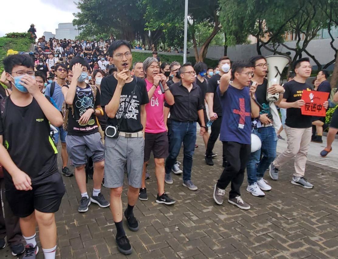 數名議員同示威者由立法會示威區步行至特首辦要求見林鄭。