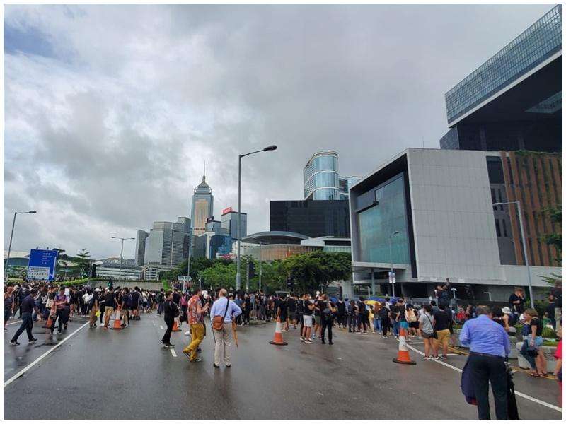 下午約4時45分,示威者重佔龍和道。