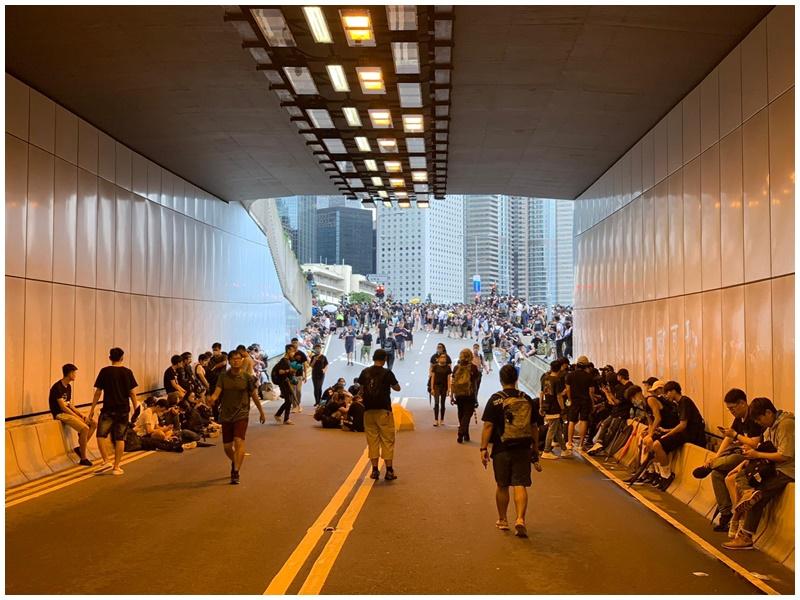 下午5時後,有示威者進駐龍和道隧道。