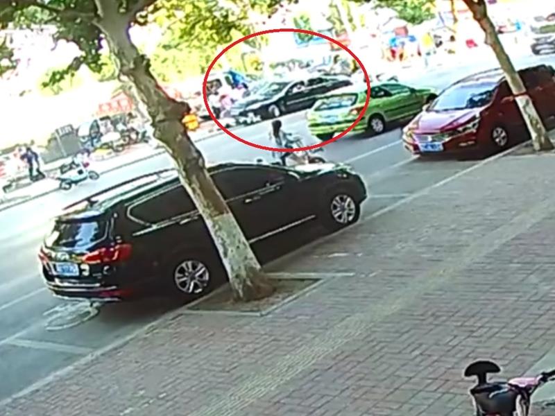 山东一名大妈在路边停车时,突然失控大幅旋转540度。 影片截图