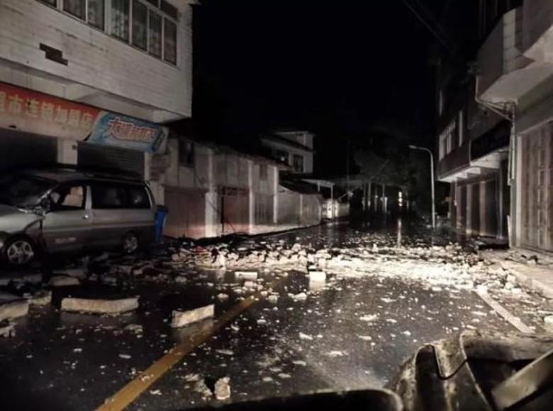 街上滿布雜物和瓦礫。網圖