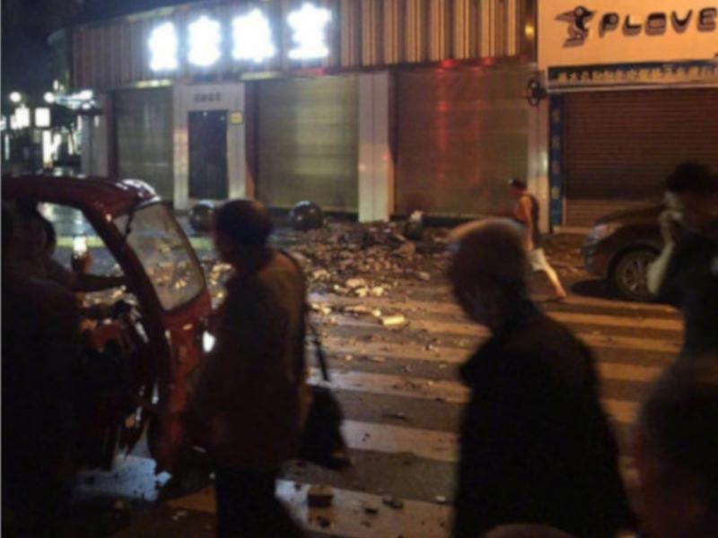 街上滿布瓦礫。網圖