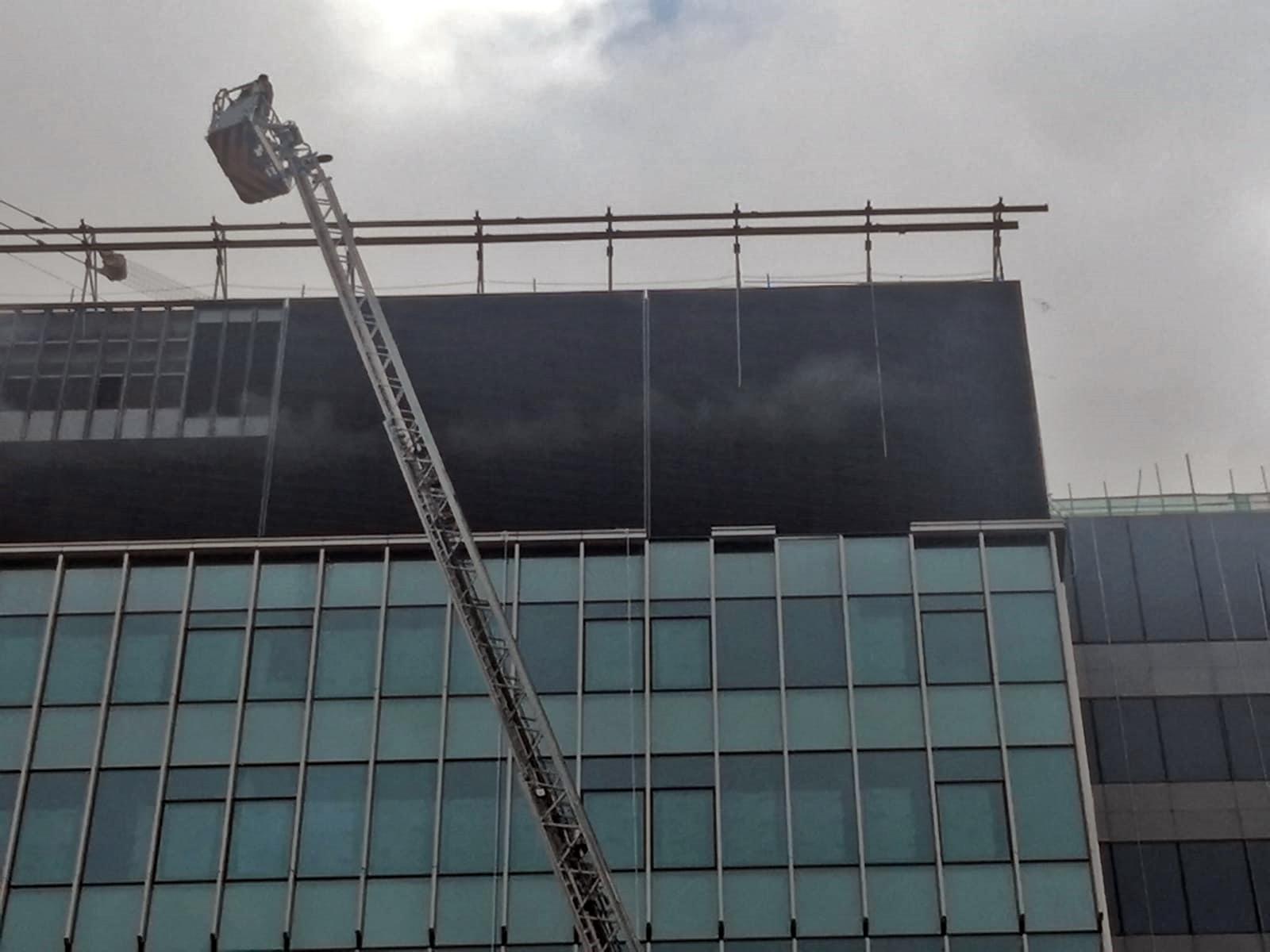 消防架起雲梯灌救。