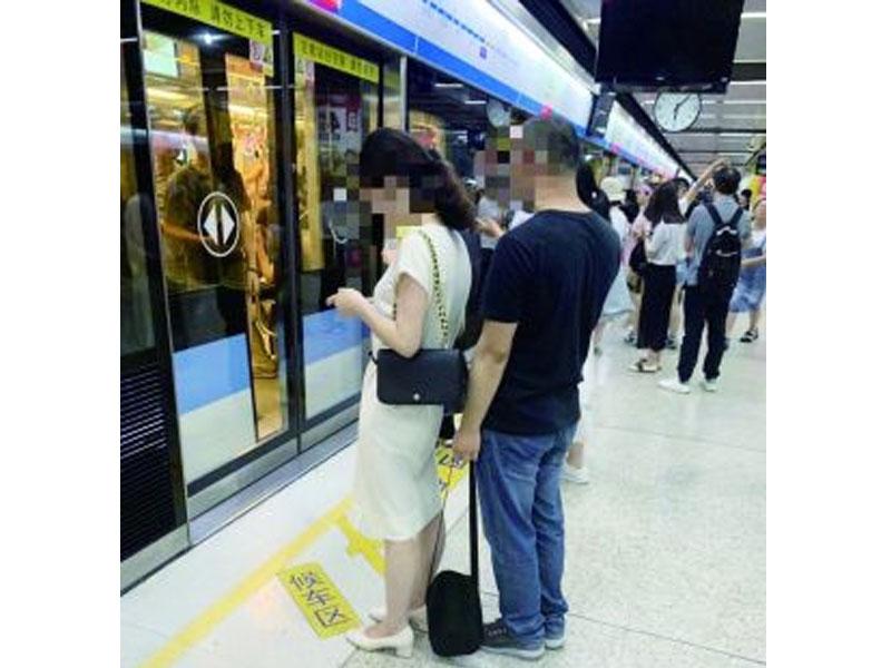 施男明目張膽在月台拿手機偷拍女乘客。(網圖)