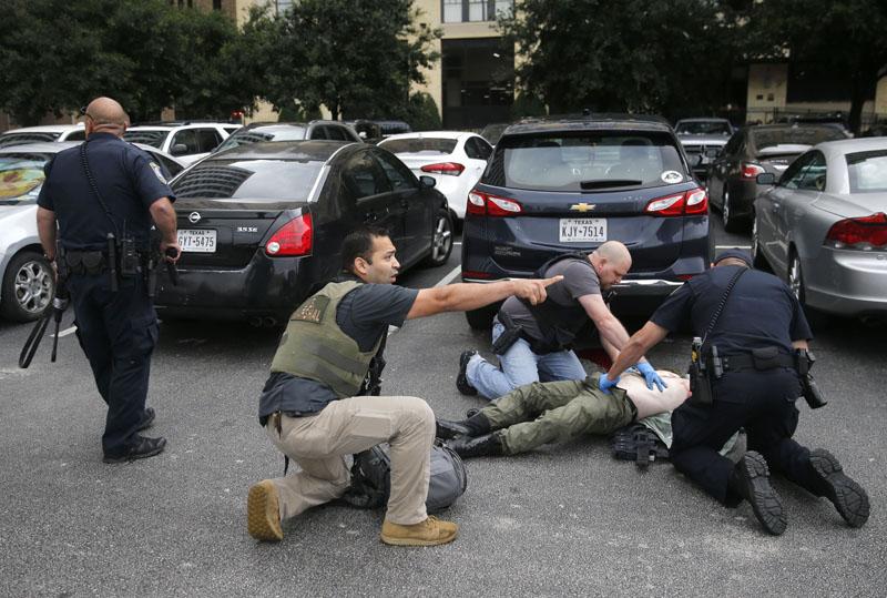 槍手在停車場被執法人員擊斃。AP