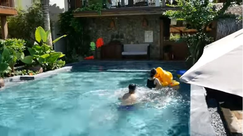 夫妻在泳池嬉水(網圖)