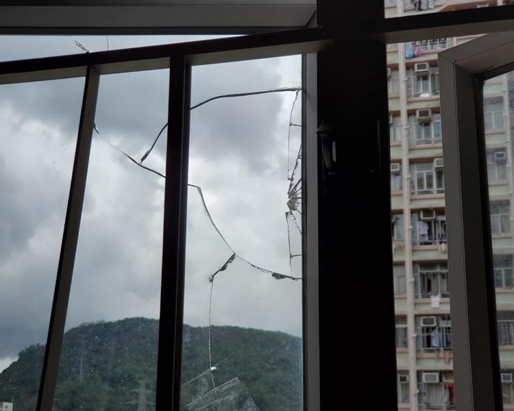 樓下任戶的玻璃窗被擊毀。林思明攝