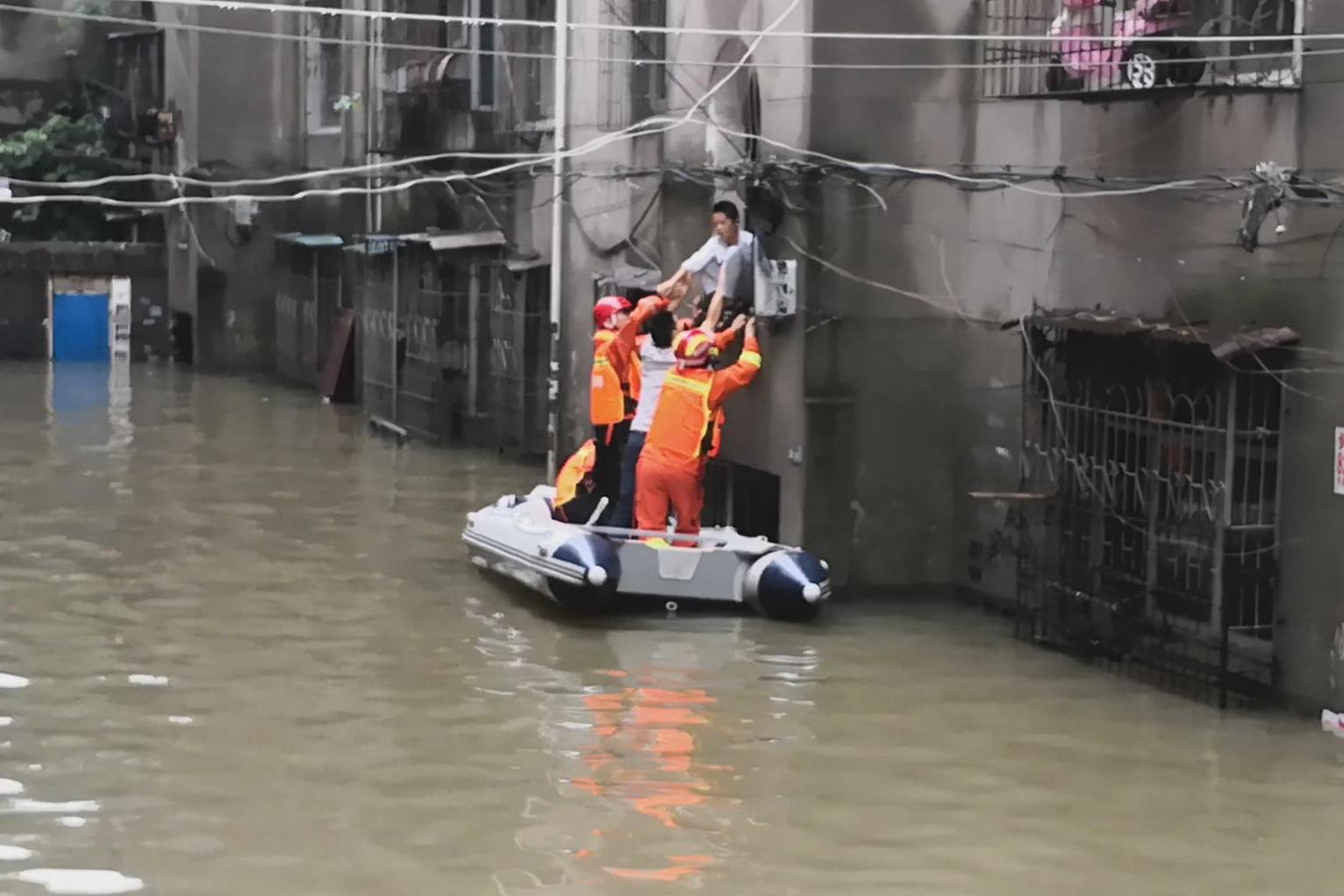 岳陽受持續強降雨影響,部分城區發生城市內澇。 網上圖片