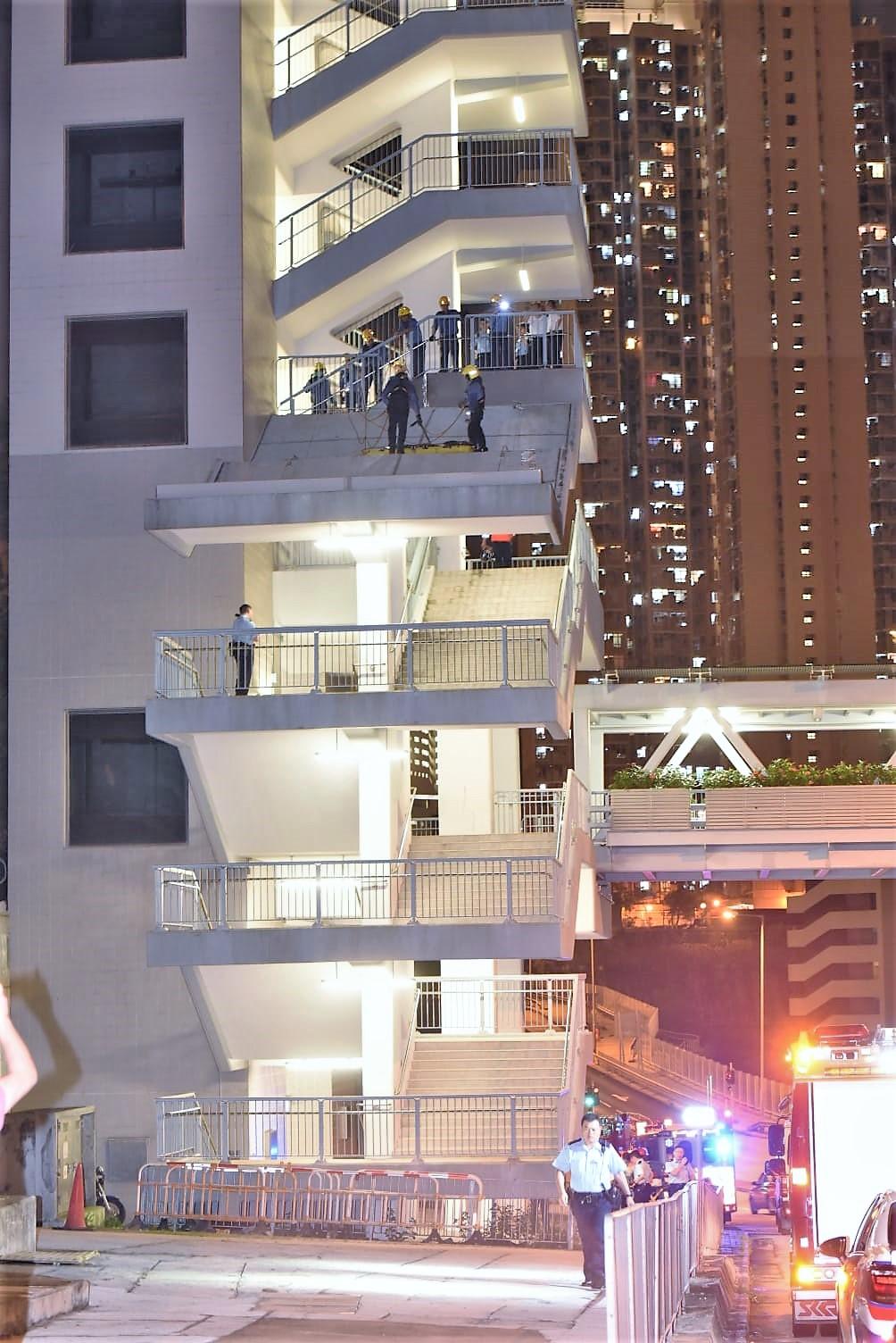 一名男子自梯間8樓頂層一躍而下,飛墮4樓梯間的石屎上蓋。