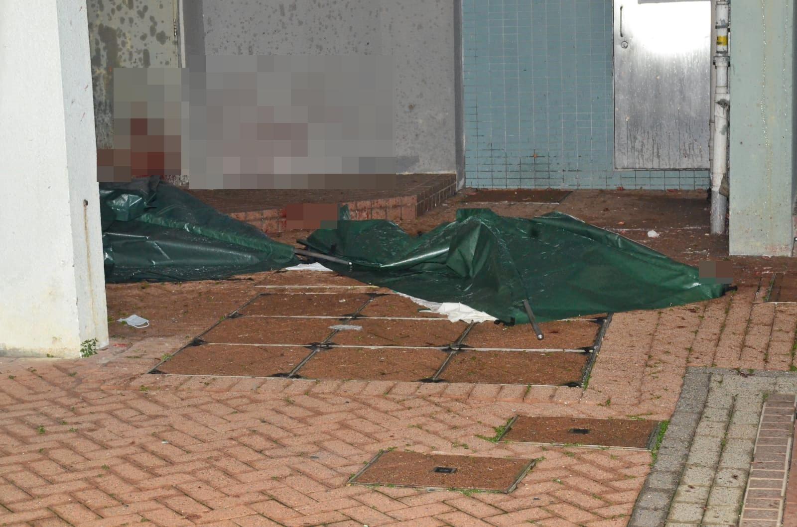 警員以帳篷遮蓋死者遺體。