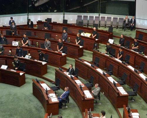 【逃犯條例】梁君彥宣布會議暫停5分鐘 為墮樓示威者默哀