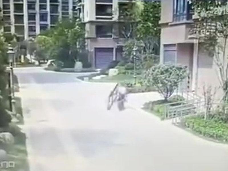 山東菏澤鄆城縣某屋苑一個鋁窗從19樓掉落,一名路過行人被擊中受傷倒地。(網圖)
