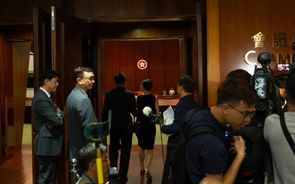 陳淑莊手持拐仗出席立法會會議。 陳淑莊FB圖