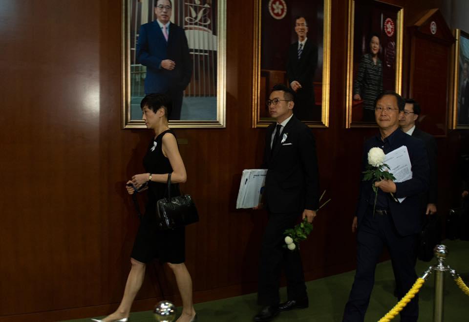 陳淑莊(左)手持拐仗出席立法會會議。 陳淑莊FB圖