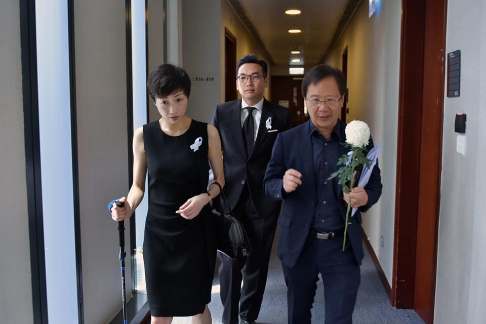 陳淑莊(左)早前接受切除腦瘤手術,今早手持拐仗出席立法會會議。 陳淑莊FB圖