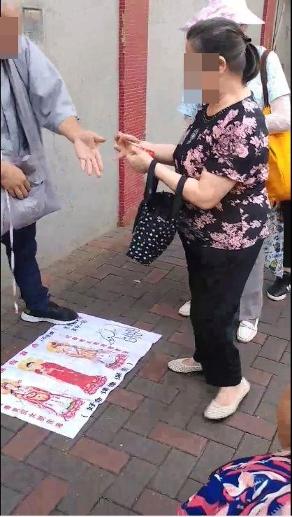 該名男子疑為婆婆祈福。影片截圖