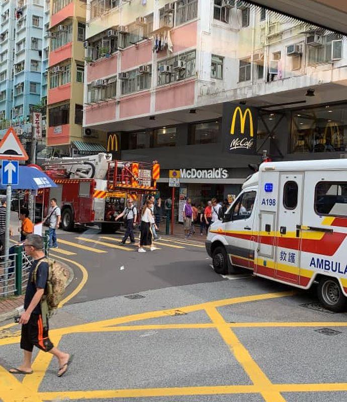 救護車到場將受傷婆婆送院。圖:網民Natasha Lui香港突發事故報料區
