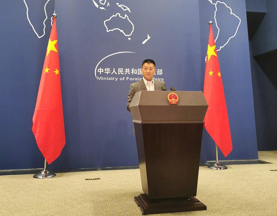 外交部發言人陸慷今日罕見不打領帶。網上圖片