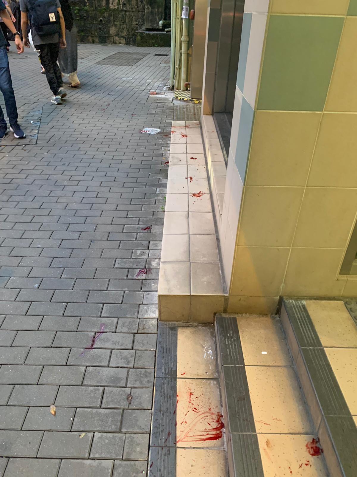 在港鐵站至加惠民道地下亦有血跡出現。讀者提供圖片