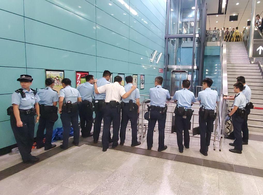 警方其後接報到場,並以鐵欄封鎖現場。