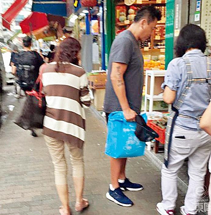 脹爆兩個碼嘅魏駿傑,拎住個環保袋去買餸,十足住家男人。東周刊圖片