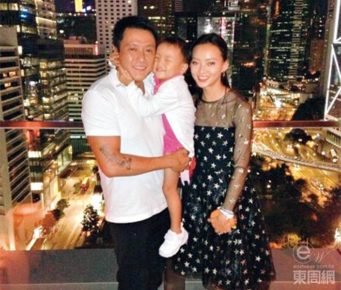 魏駿傑與年輕廿年嘅內地妻張利華,育有八歲大嘅囡囡Jessica。