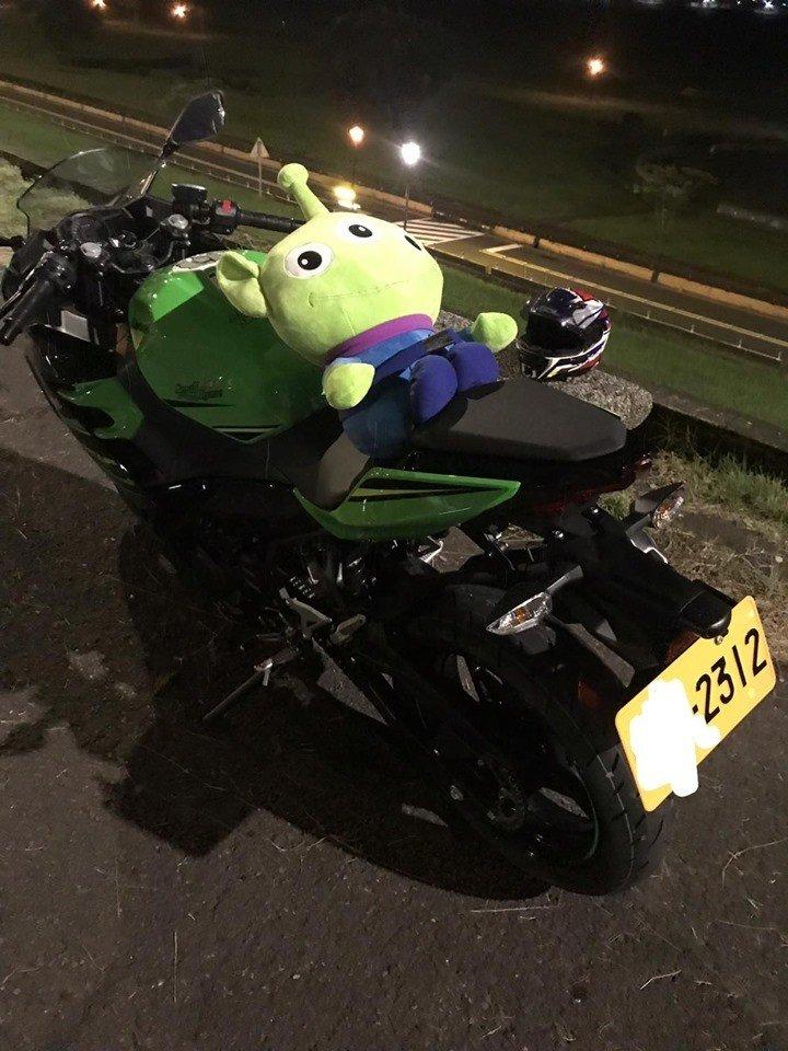 台灣有司機電單車上公仔被擅取。網上圖片