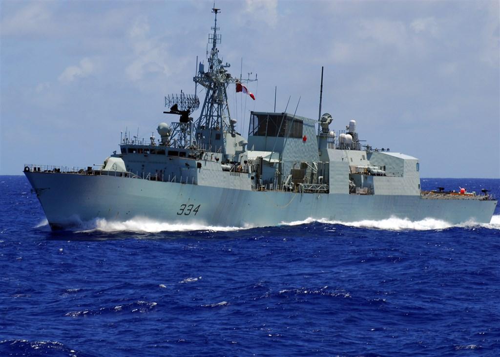 加拿大海軍巡防艦里賈納號18日清晨航經台灣海峽。網上圖片