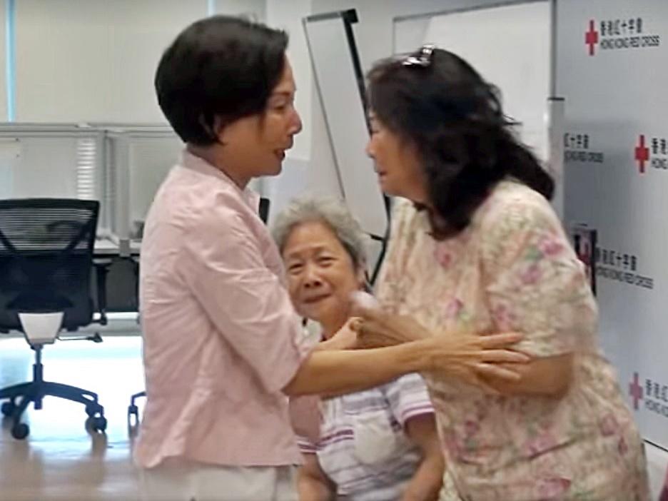 63歲的冼玉翎(左)終與親人見面。