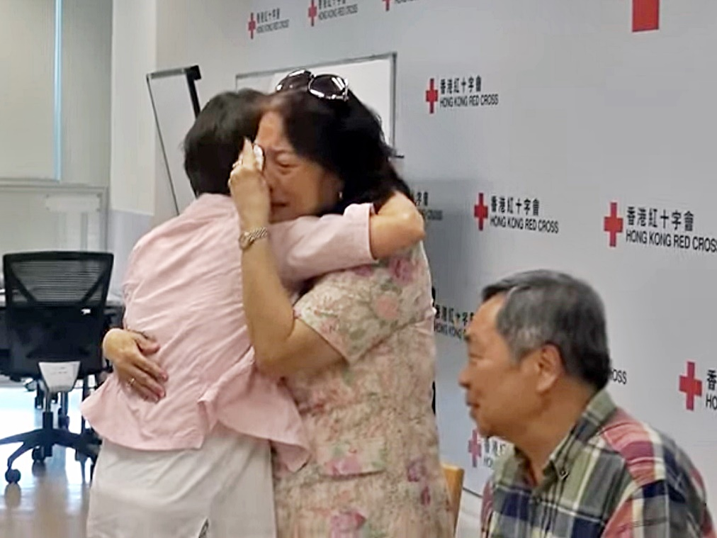 冼玉翎(左)在香港紅十字會的安排下與兄姊見面。