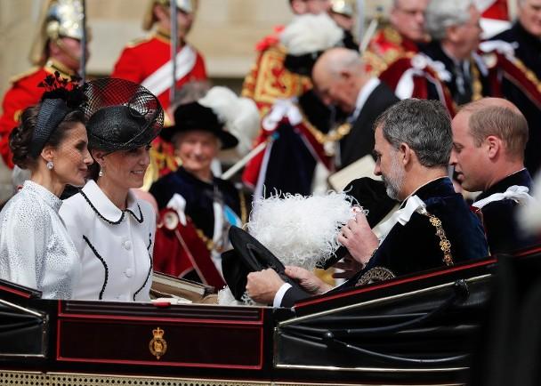 剑桥公爵威廉王子与夫人凯特 。(后排)图片
