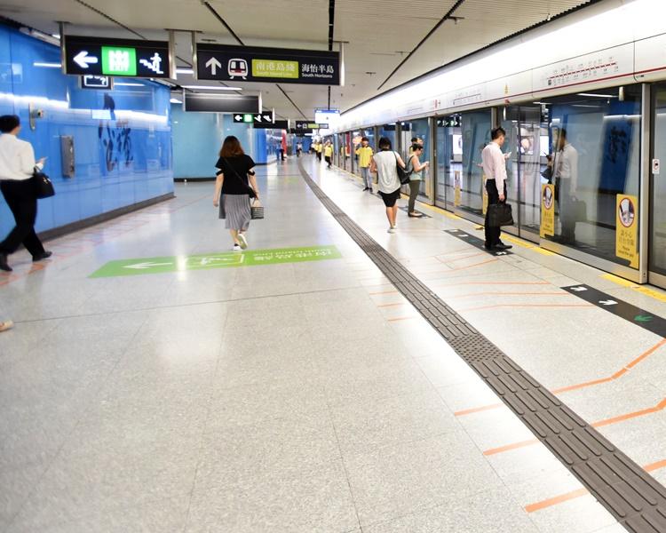 肇事列車於金鐘站側線泊車時「駛過龍」。資料圖片