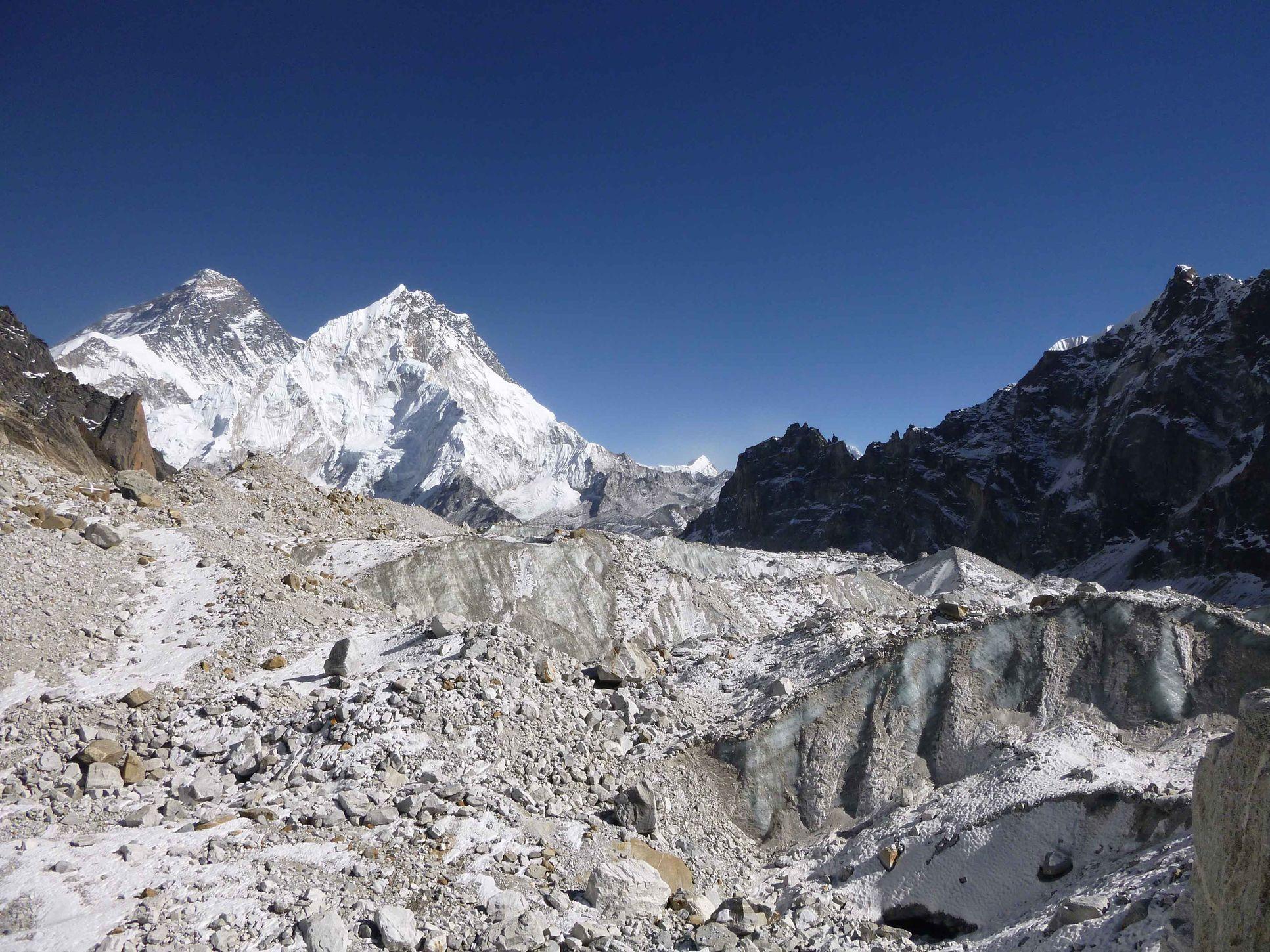 喜馬拉雅山上的冰川出現冰雪大量流失的現象。AP