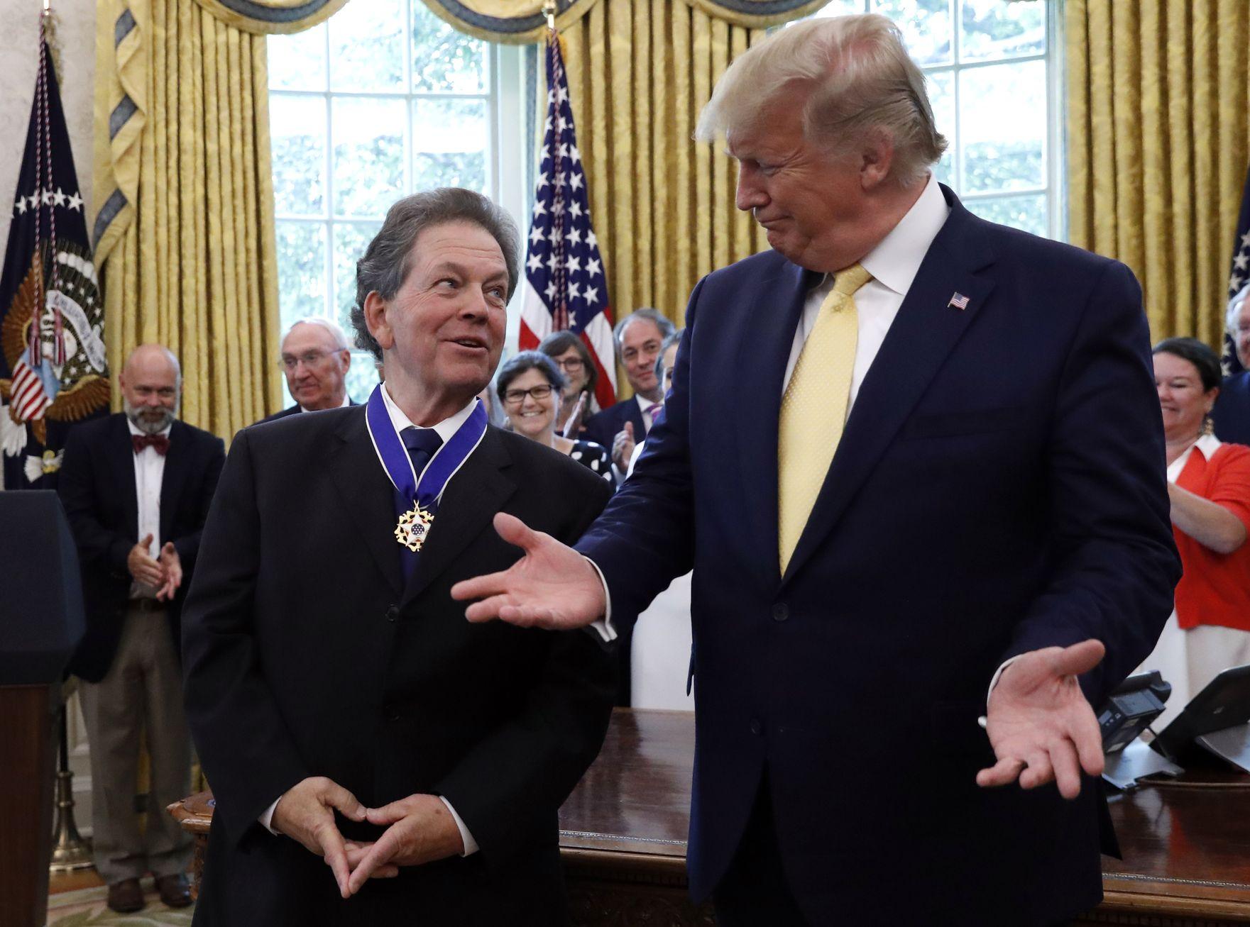 特朗普颁授总统自由勋章给着名经济学家拉弗。