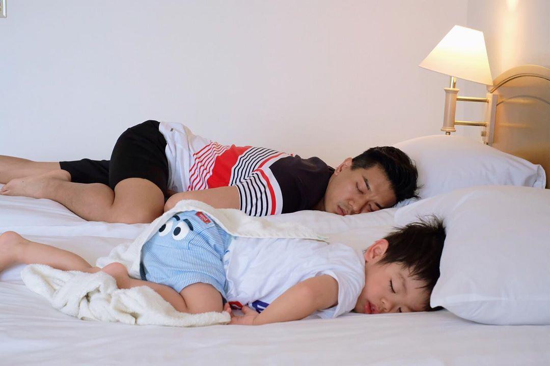 兩父子一模一樣的睡姿。  黎諾懿IG圖片