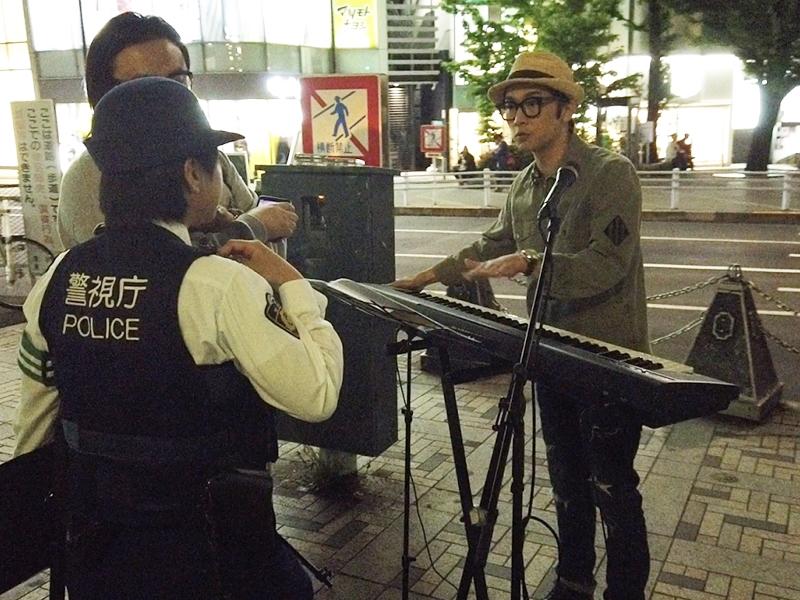 符致逸在東京街頭Busking遇上警察趕場。