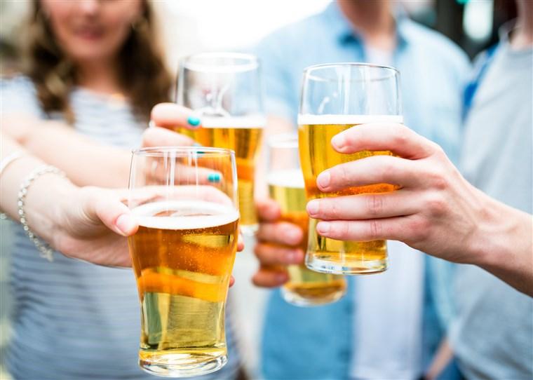 4名年輕少女與友人聚會喝酒後,因爭相結帳而大打出手。網圖