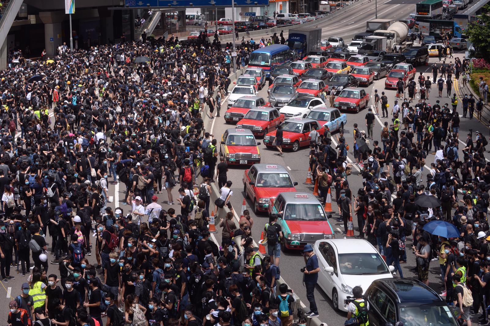 反对《逃犯条例》修订的大规模示威持续。