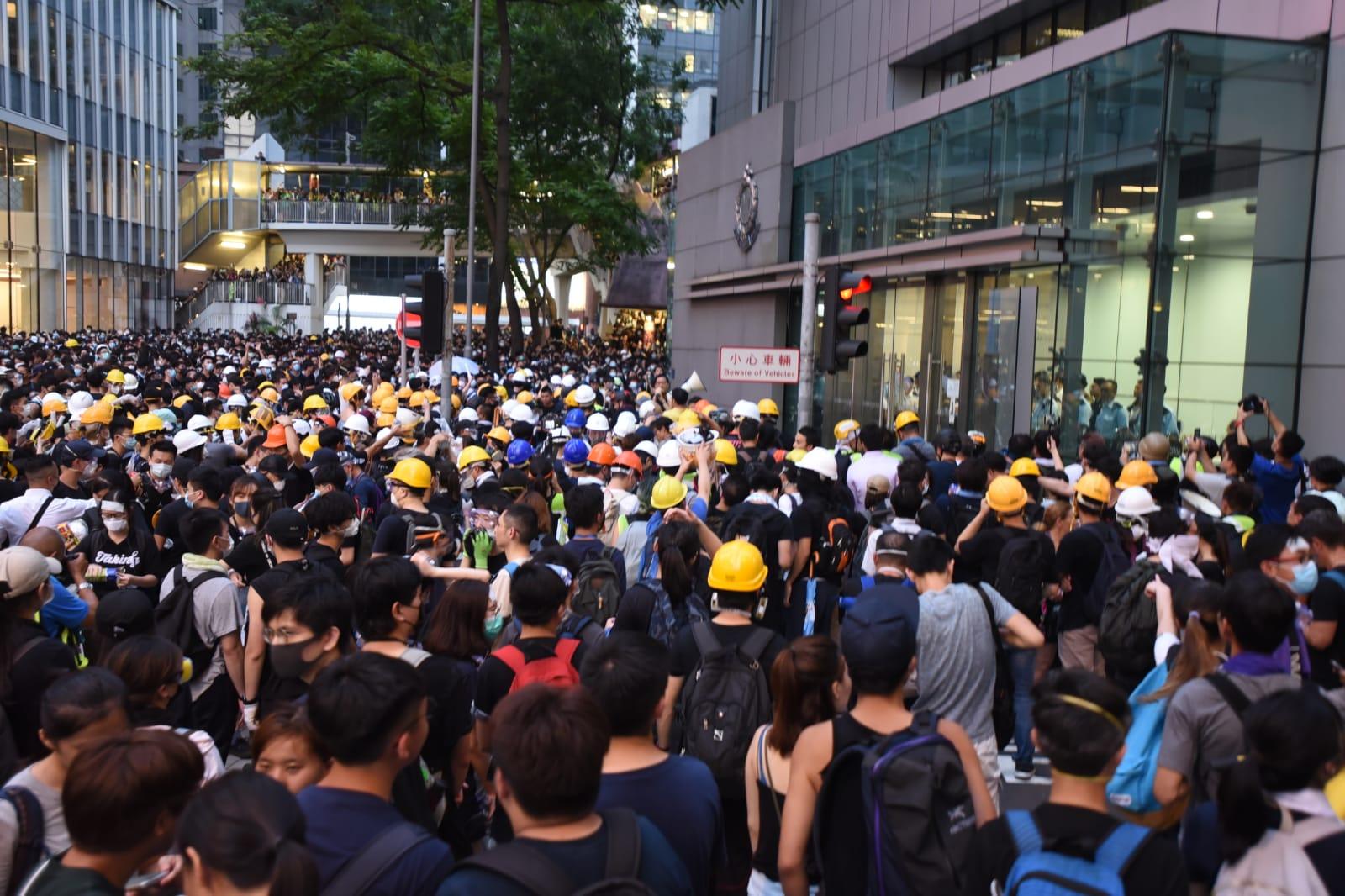 大批示威者入夜後仍然包圍警察總部。